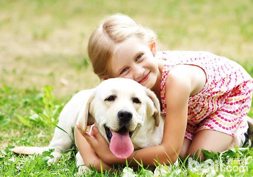 狗狗更多地是以动作来进行交流