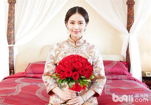 20日早上中式迎亲时拿红色捧花图片